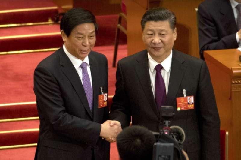 中國國家主席習近平(右)與中黨中央政治局常委、中國全國人大委員長栗戰書在北京人大會堂全國人大會場上合影。 (2018年3月17日)(美國之音)