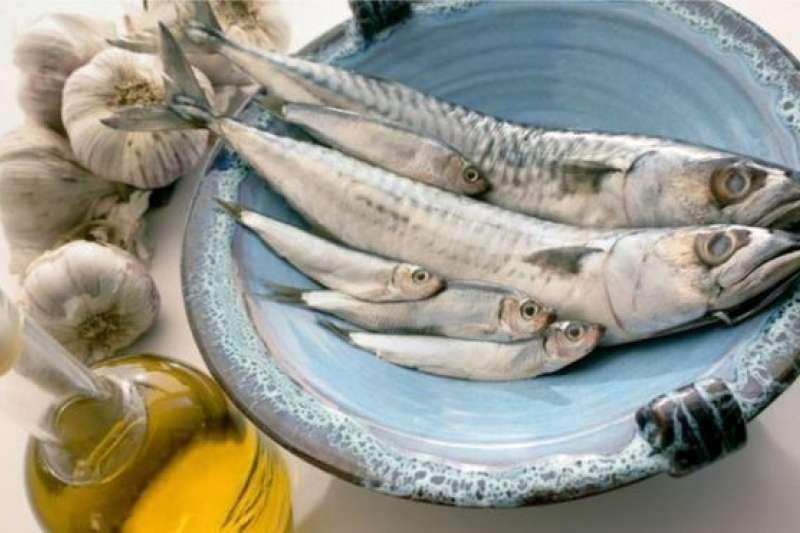 地中海飲食以魚類、豆類和橄欖油以及水果、蔬菜、堅果為主食。(BBC中文網)