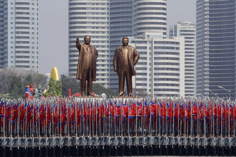 平壤街頭的金正日與金日成銅像。(美聯社)