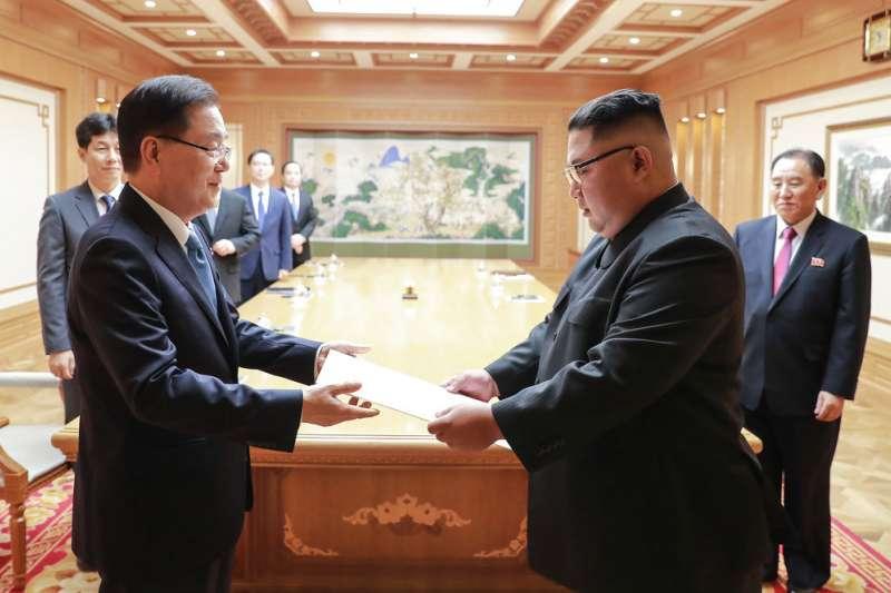 南韓總統特使鄭義溶5日將文在寅的信函親手交給金正恩。(美聯社)
