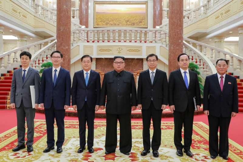 北韓領導人金正恩與南韓總統特使團合影。(美聯社)