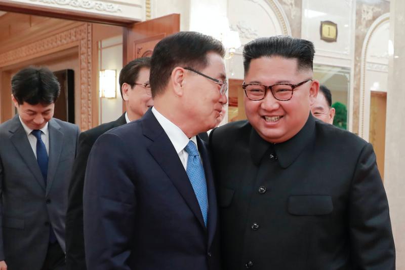 北韓領導人金正恩與南韓總統特使鄭義溶。(美聯社)
