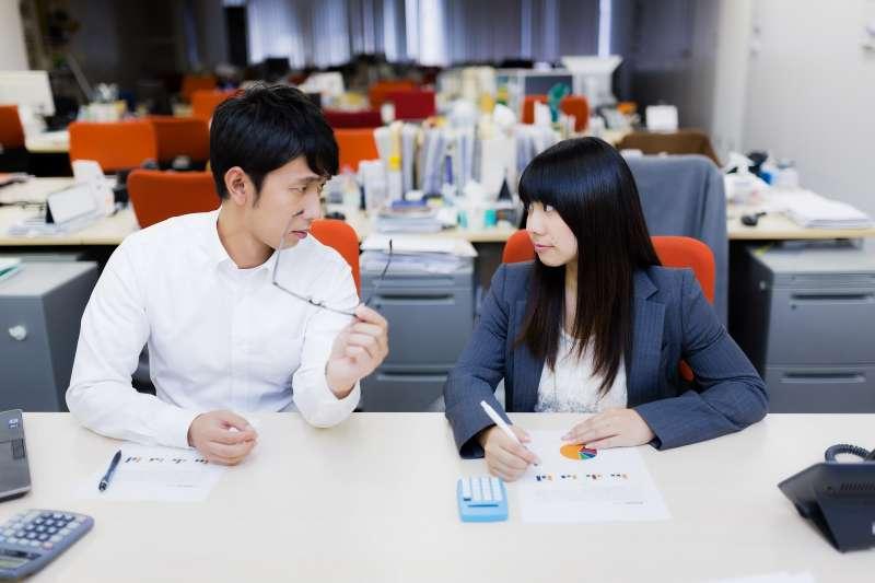 職場上,制度與規定是為「一般員工」所設計,目的在於一視同仁,方便管理,而老闆不知變通是因為這些人不值得破例。(示意圖非本人/すしぱく@pakutaso)