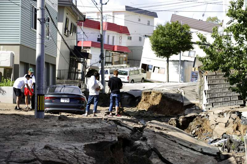 6日北海道發生強震後,札幌部分地區的路面嚴重崩裂。(美聯社)
