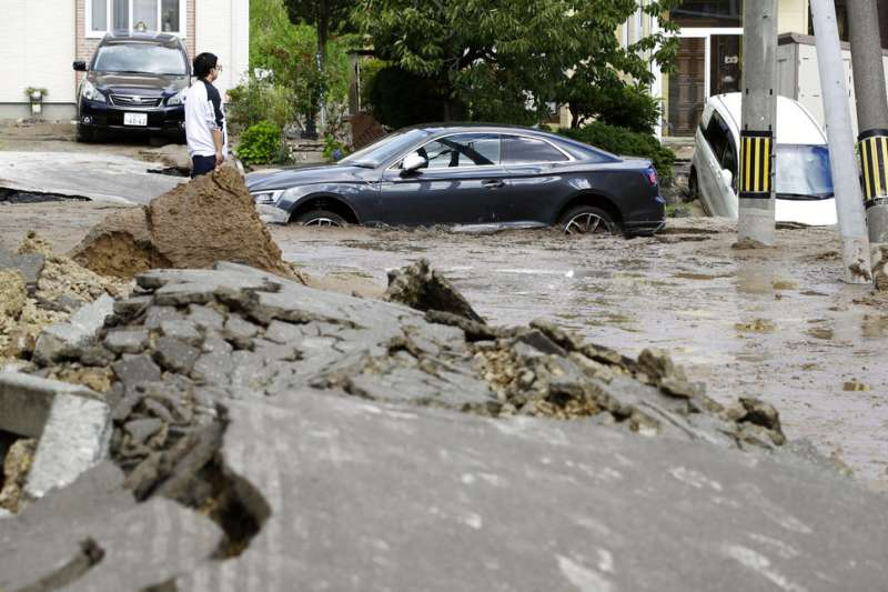 札幌市清田區在強震後出現嚴重土壤液化。(美聯社)