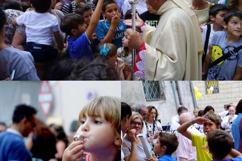主教對兒童的降幅和兒童的哨子歡慶。(曾廣儀攝)