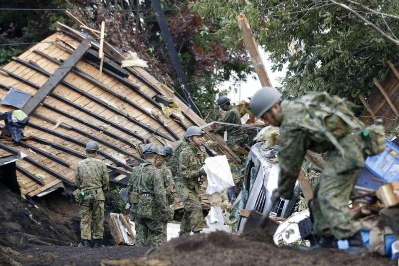 北海道強震讓厚真町出現多處嚴重走山,自衛隊也緊急出動協助搜救。(美聯社)