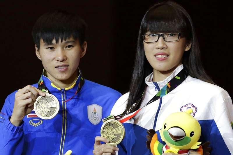 東京奧運台灣好手黃筱雯(右)今天在女子拳擊51公斤級8強,擊敗塞爾維亞對手拉多凡諾維奇(Nina Radovanovic)。(資料照,美聯社)