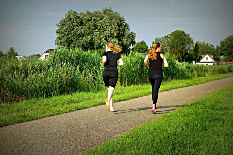 近年網路傳聞,運動後補充飲食有助燃燒熱量,但醫師解釋若營養補錯,恐讓運動效果打折扣。(圖/pxhere)