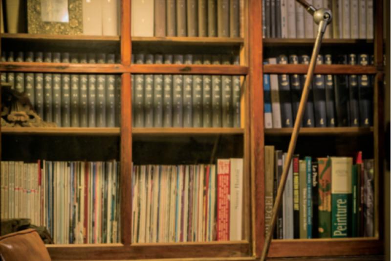 《發光的房間》描繪了器物之用與美的結合,  細數各式形、質、色,也是一本對老東西有感情之人,和與民藝雜器相遇的歷程與故事。(麥田出版提供)