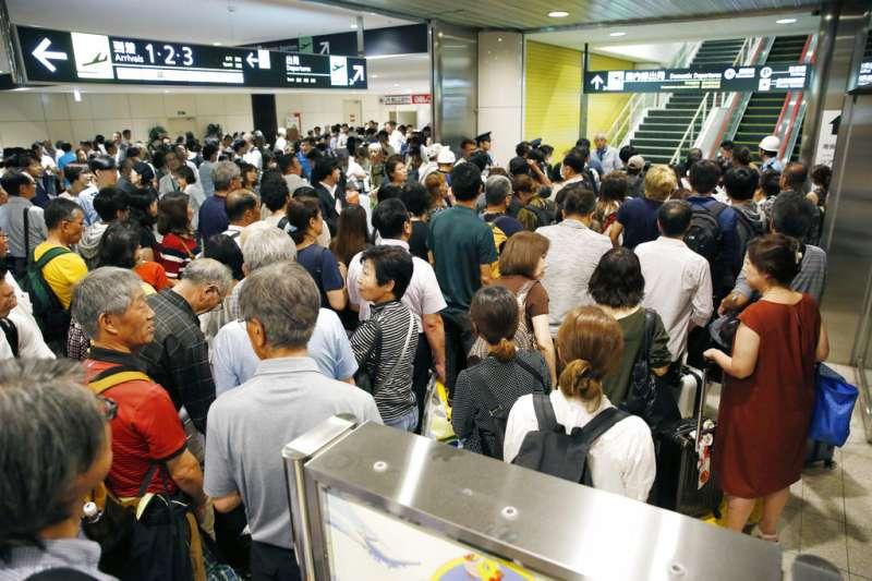 重新開放的新千歲機場湧入大批旅客,但不是每個人都能順利搭機離開。(美聯社)