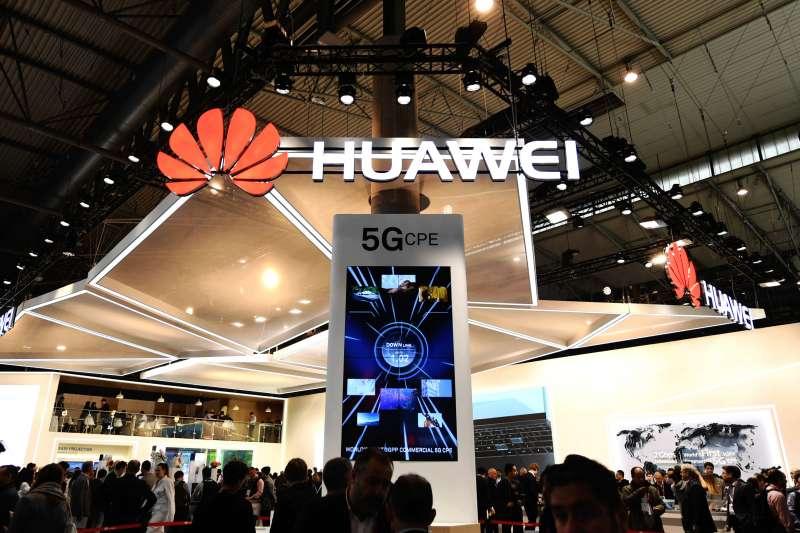 在西班牙巴賽隆納移動通信大會上,華為公司展台用電子屏展示5G技術(新華社)