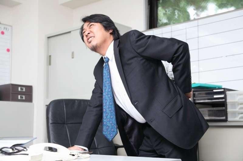 上班族老是腰酸背痛,是因為腹肌太軟弱?(示意圖/photoAC)