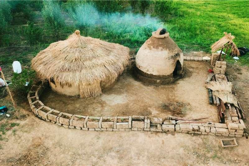 「東方龐貝城」實驗還原的兩間史前房屋。(新華社)