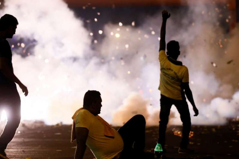 斯里蘭卡幾天來爆發多起大規模反政府示威,2018年9月5日的科倫坡街頭。(美國之音)