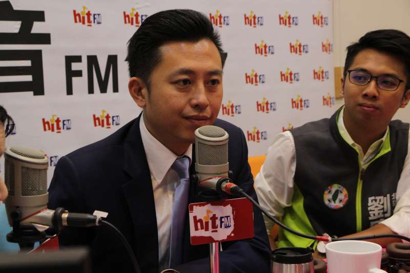 新竹市長林智堅帶領12名市議員候選人打選戰,7日率領其中6名新秀上廣播節目,拉抬聲勢。(Hit Fm《蔻蔻早餐》製作單位提供)