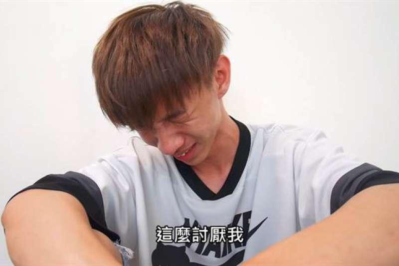 台灣知名Youtuber「小玉」以爭議影片出名,曾領百萬鈔票泡澡、試春藥、玩電子菸、飛刀,各種失控行為讓許多人擔心他帶壞小孩。(圖/翻攝自YouTube,由智慧機器人網提供)