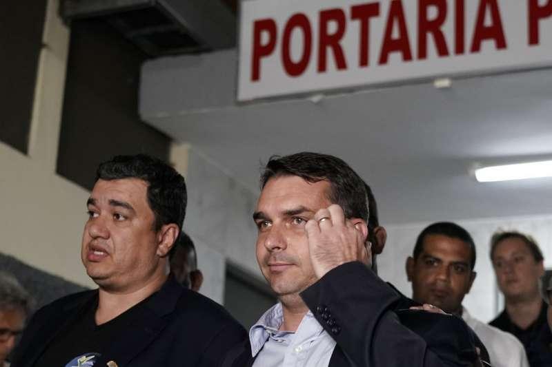 博索納羅的兒子、同時也是巴西參議員候選人佛拉維奧(左二)。(美聯社)