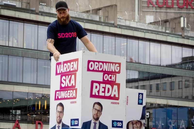 瑞典將在9日舉行國會大選,極右派瑞典民主黨議員在各地放上競選文宣。(美聯社)