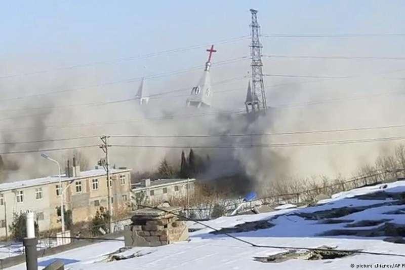 中國再出現強拆十字架浪潮,基督教重鎮河南省是重災區,一些以往被官方默許的大型家庭教會亦成整頓目標。拆了十字架,是否也毀了人心?(德國之聲)