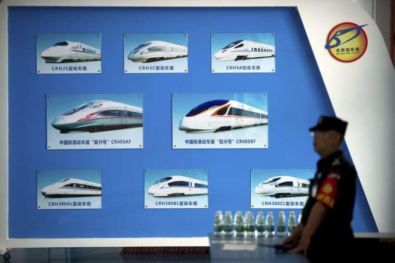 中非合作論壇:中國展示各式高鐵列車型號(AP)