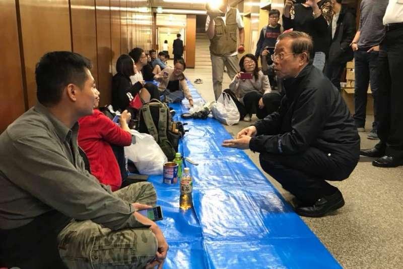 受北海道強震影響,大批台灣旅客受困於北海道,駐日代表謝長廷表示,會協調華航或虎航明天加飛航班。(取自謝長廷臉書)