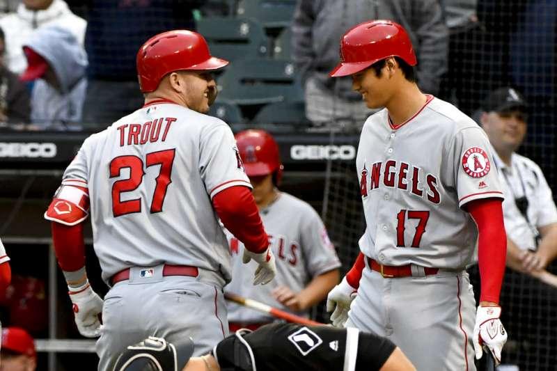 天使楚奧特(左)與大谷翔平(右),本場對球隊打擊火力上均有貢獻,終場以9分差拿下白襪。(美聯社)