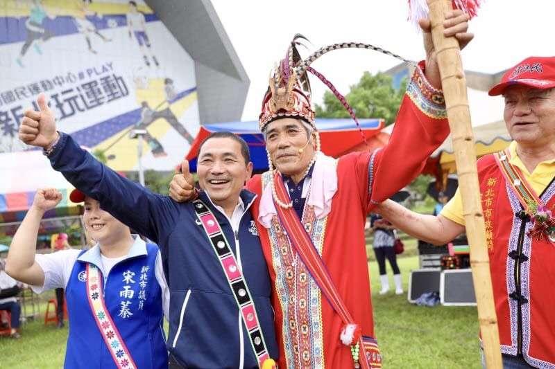 侯友宜(左二)今公布4項原住民行動政見。(侯友宜辦公室提供)