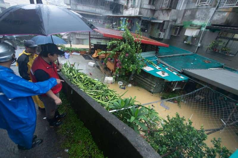 糗!基隆市長林右昌勘災 水竟在他眼前淹起來-風傳媒