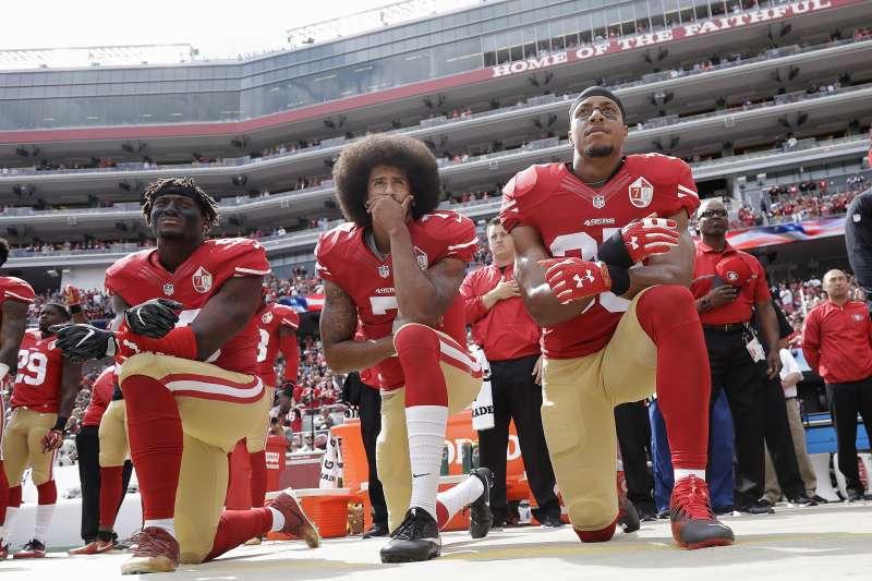 前國家美式足球聯盟(NFL)球員卡佩尼克在放國歌時單膝下跪,抗議警察濫殺黑人,引發不愛國批評。(美聯社)