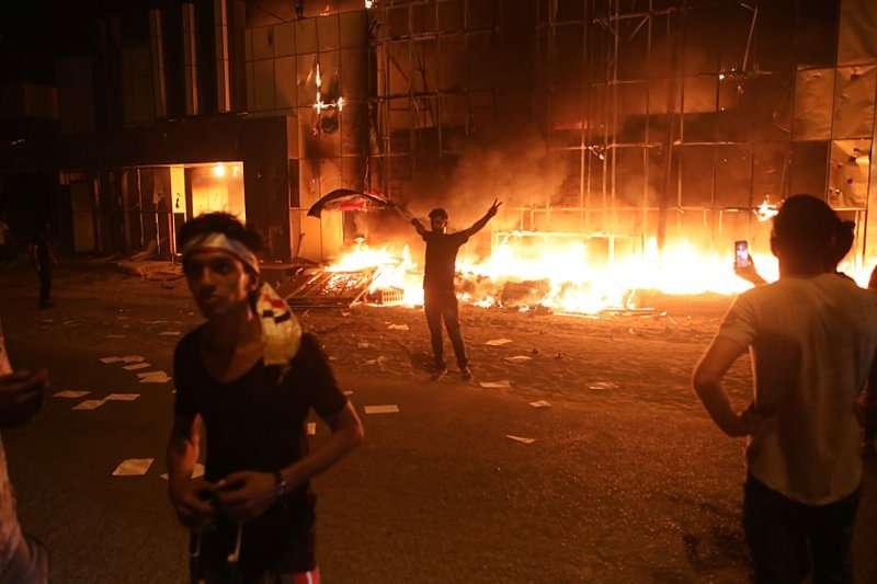 2018年9月6日,伊拉克巴斯拉一座地方政府建築遭抗議民眾放火