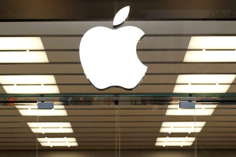 受到中國經濟成長放緩導致iPhone手機銷售下滑的影響,蘋果財測下調,也顯示出全球經濟現今不穩定的情況。(資料照,美聯社)