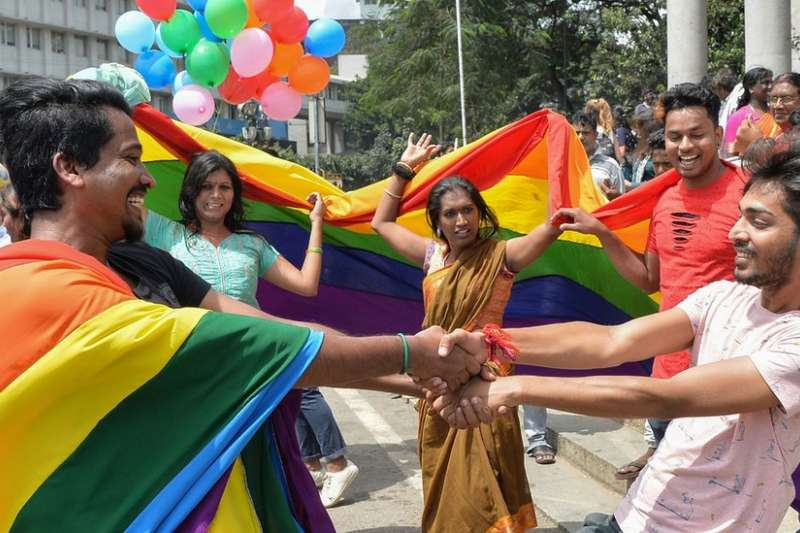同性性行為被裁定為合法之後,印度同志平權人士在街頭慶祝。(BBC中文網)