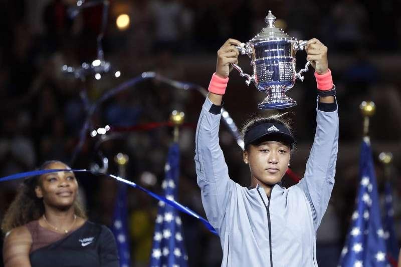 大坂直美(右)擊敗從小偶像小威廉絲(左) ,成為第一位奪下大滿貫女單冠軍日本人,為日本網球界揚眉吐氣。(美聯社)