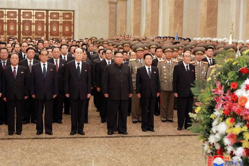 2018年9月9日是北韓(朝鮮)建政日(國慶日),金正恩前往首都平壤的錦繡山太陽宮,悼念祖父金日成與父親金正日。(AP)
