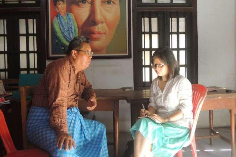 張翠容在緬甸訪問全國民主聯盟成員,翁山蘇姬的肖像無處不在。(BBC中文網)