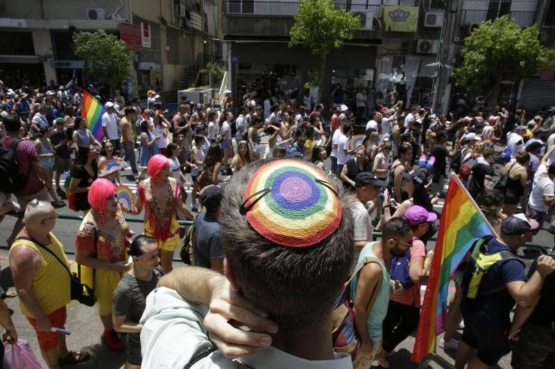 英國猶太教首席拉比馬維斯發布指導手冊,要求猶太學校保護LGBT學生。圖為以色列特拉維夫舉行同志遊行活動(AP)