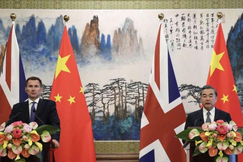 英國外相亨特(左)在北京釣魚台國賓館與中國外長王毅舉行記者會。(2018年7月30日)