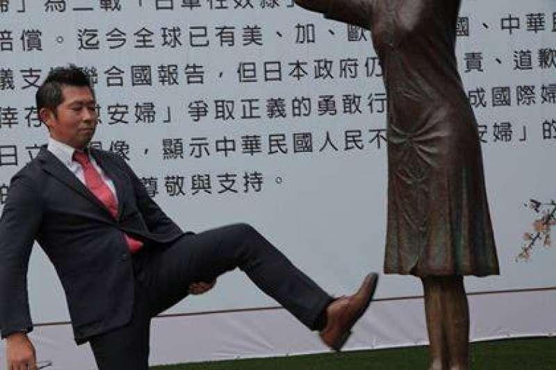 藤井實彥友人藤木俊一在臉書上貼出「澄清照」,強調他只是在伸展腳部,所謂「踹慰安婦銅像」根本不是事實。