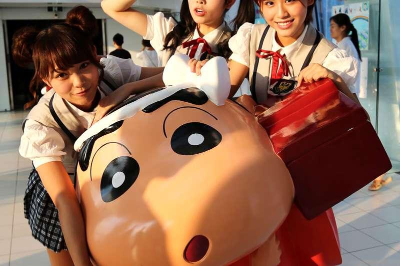 中國女子團體SNH48一些團員與蠟筆小新雕像合照(新華社)