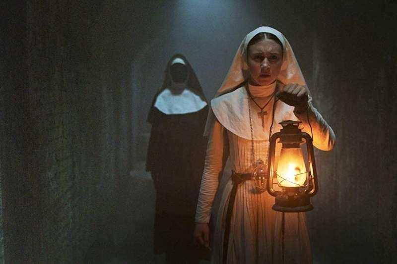 《鬼修女》氣氛有到,但就是少了像《厲陰宅2》裡瓦拉克從畫裡衝出來的關鍵場,簡而之就是太平順。(圖/IMBD官網)