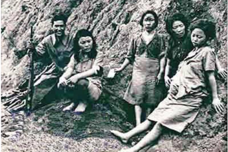 20180910-美軍在1944年(民國三十三年)「松山戰役(又稱「松山會戰」)」期間拍下的日軍慰安婦,照片中右一是懷孕的朝鮮籍慰安婦──朴永心,左一是救他的中國人李正早。直到臨終前,老太太還常常做一些可怕的噩夢,夢到日本兵在追殺她。(作者提供)