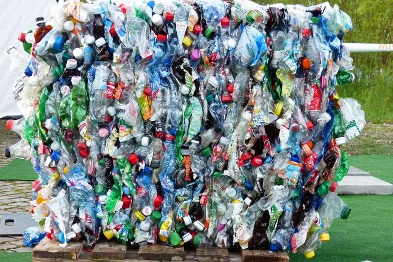全球開始瘋禁塑並不是因為我們多想要減碳,而是發現塑膠竟然會被我們吃下肚子裡!(示意圖/Hans@pixabay)