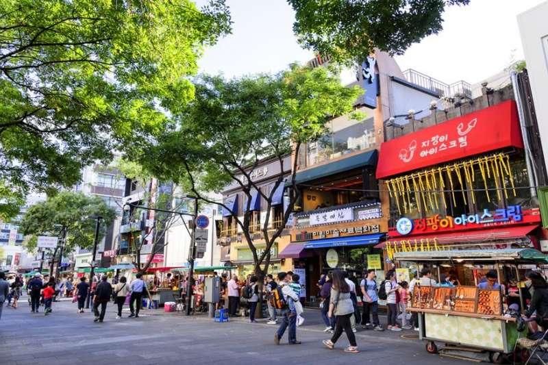 弘大商圈各式商店、餐廳林立的,是許多人首爾行的必去景點之一。(圖/HotelsCombined提供)