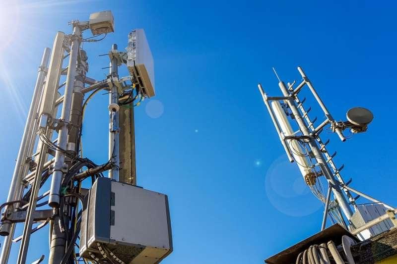 最近位於加州的城市米爾谷(Mill Valley),當地議會以擔心居民的健康和安全為由,通過一項緊急法案,禁止在住宅區部署小型5G無線通訊塔。而反對建設基地台這景象,似乎在台灣也常常發生,究竟5G真的會對健康造成危害嗎?專家有解答。(圖/數位時代提供)
