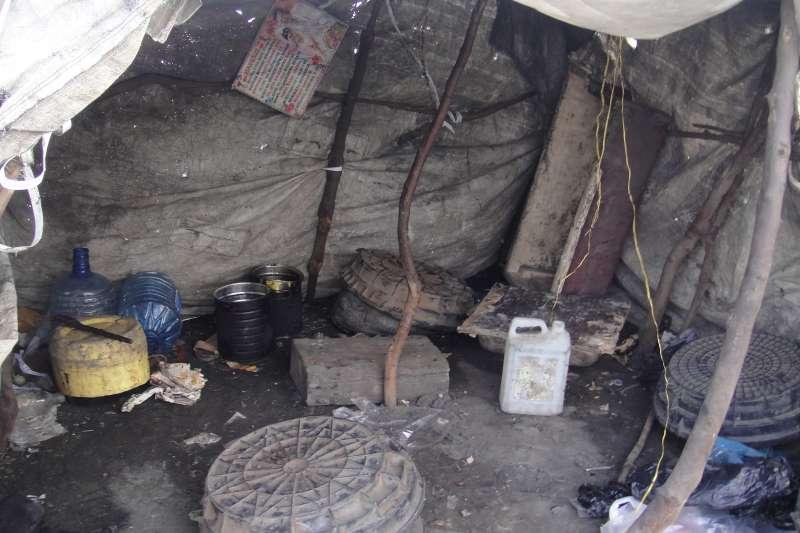 垃圾山貧民區百姓的家,不能遮風避雨,風雨常常輕易毀了他們的家,「再蓋一個就是了」。(圖/謝幸吟提供)
