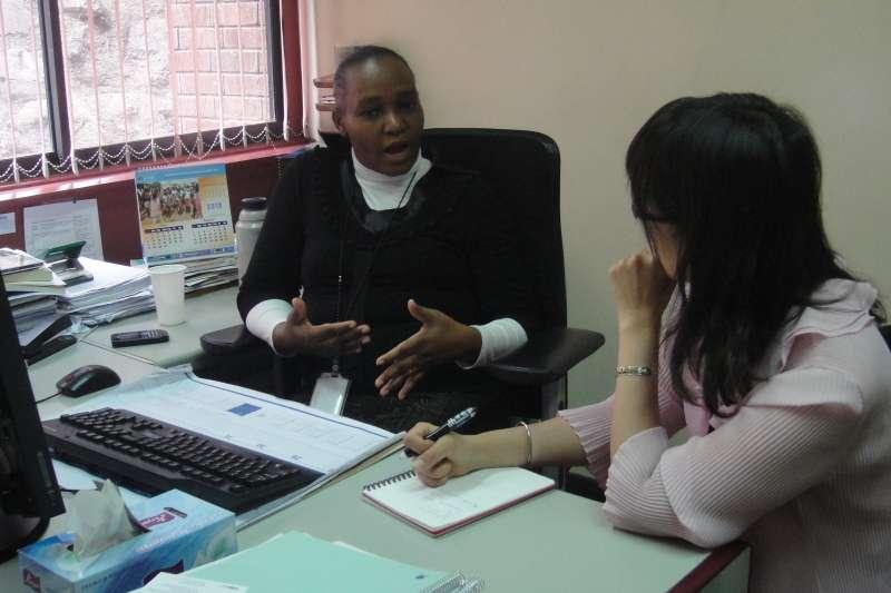 專員Keziah M. Muthembwa,她爽朗的笑容,讓人覺得好親切。(圖/謝幸吟提供)