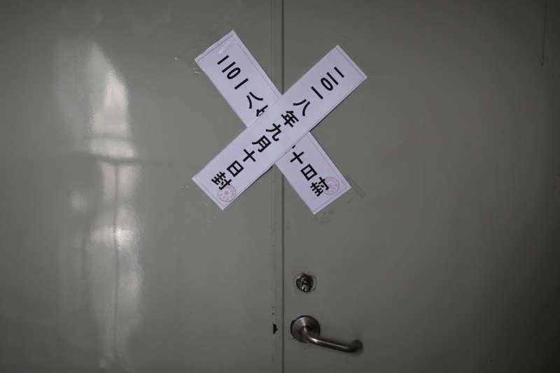 中國基督教徒屢遭政府打壓,北京市政府關閉一處錫安教會,並在後門貼上封條。(AP)