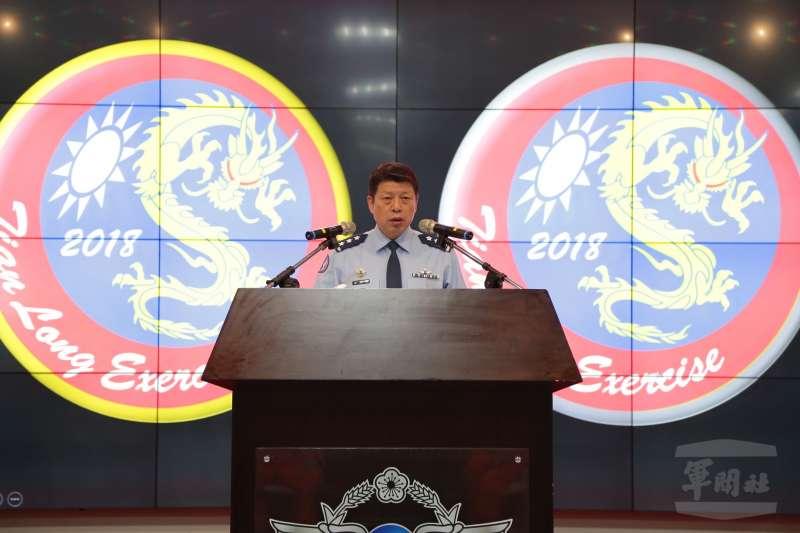 空軍年度重頭戲「天龍演習」於10日正式登場,司令張哲平上將在開幕儀式中,勉勵參與演練的飛行員。(取自軍聞社)