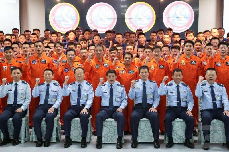 20180910-空軍年度重頭戲「天龍演習」於10日正式登場,司令張哲平上將在開幕儀式中,勉勵參與演練的飛行員。(取自軍聞社)